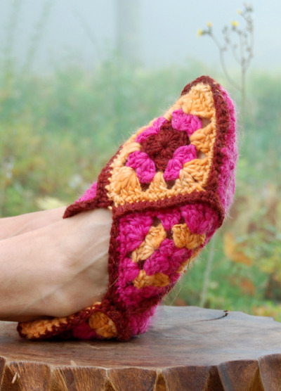 Choose from 21 Awesome Free Slipper #Crochet Patterns compilation by SimplyCollectibleCrochet.com