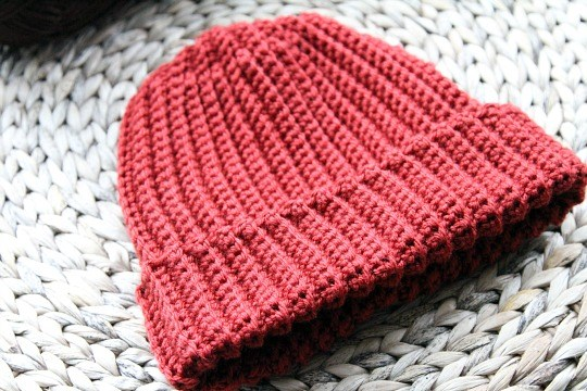 Beginner Ribbed Crochet Hat - These 14 crochet hat patterns for men are unique, fun to make and stylish. Pick up your hook and your favorite crochet beanie pattern and get stitching!  #crochethatpatterns #crochethatsformen #menscrochetbeanies