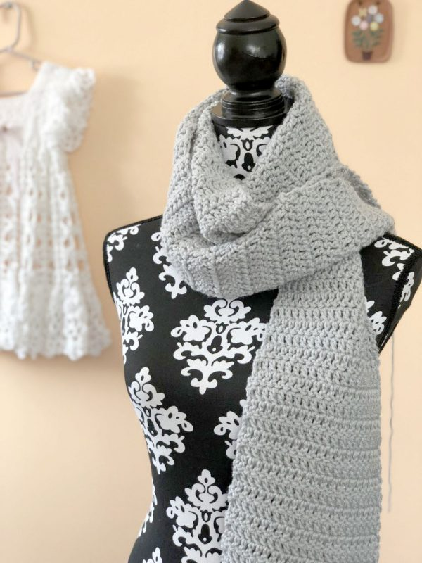 Easy Double Crochet ScarfThis list of free scarf patterns has crochet for beginners. Choose between these free crochet patterns and get to work on a project you can be proud of. #CrochetScarfPatterns #CrochetScarf #FreeCrochetPatterns