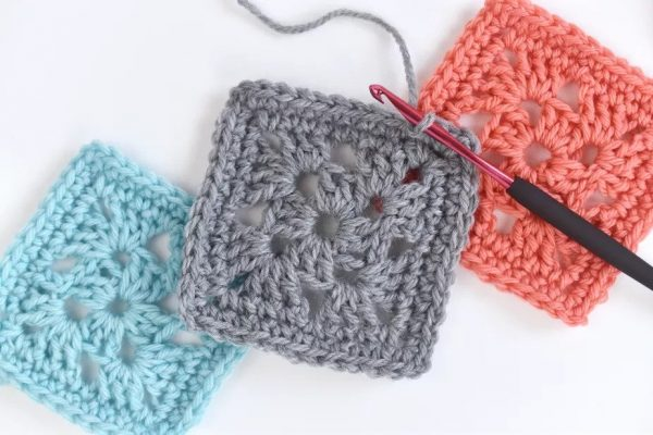 Easy Granny Squares - Crochet granny squares are so simple and fun to make. With so many free granny square patterns, you'll be stitching up a storm. #CrochetGrannySquarePatterns #GrannySquarePatterns #CrochetPatterns