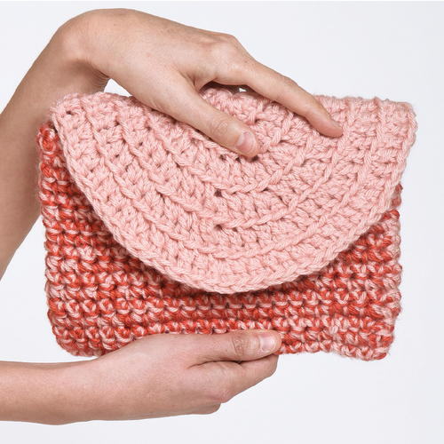 Circle Clutch - Learn how to crochet using basic crochet stitches and simple patterns. These beginner crochet patterns are easy and completely free. #FreeCrochetPattern #CrochetPattern #CrochetAddict #BeginnerCrochetPatterns