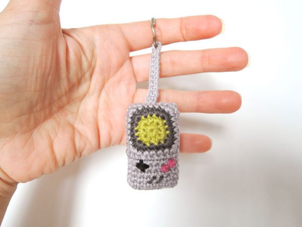 Crochet Gameboy Keychain - Learn how to crochet using basic crochet stitches and simple patterns. These beginner crochet patterns are easy and completely free. #FreeCrochetPattern #CrochetPattern #CrochetAddict #BeginnerCrochetPatterns