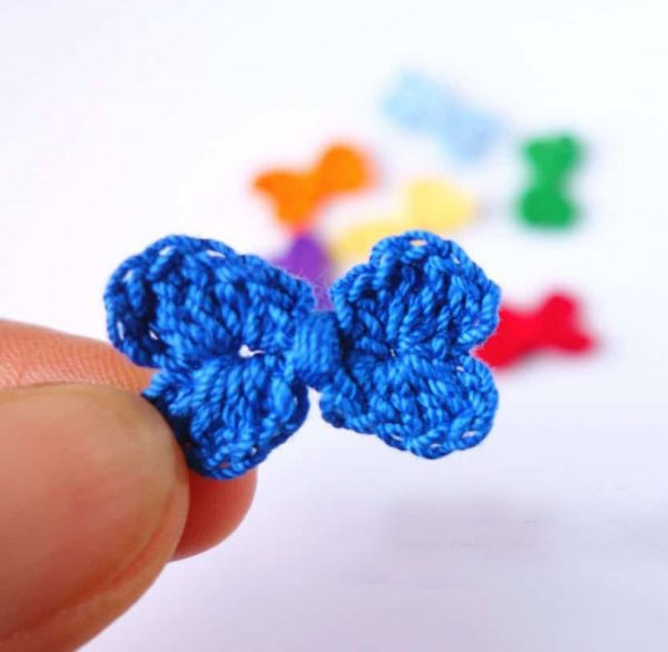 Crochet Mini Bows - Learn how to crochet using basic crochet stitches and simple patterns. These beginner crochet patterns are easy and completely free. #FreeCrochetPattern #CrochetPattern #CrochetAddict #BeginnerCrochetPatterns
