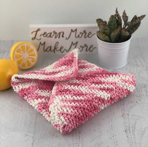Reusable Sandwich Wrap - Learn how to crochet using basic crochet stitches and simple patterns. These beginner crochet patterns are easy and completely free. #FreeCrochetPattern #CrochetPattern #CrochetAddict #BeginnerCrochetPatterns