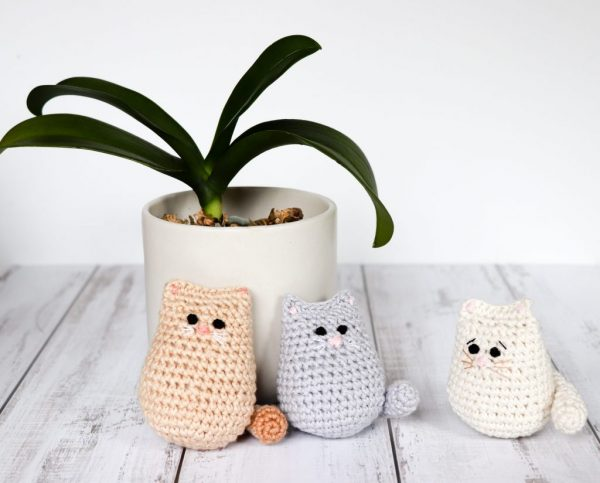 Itty Bitty Kitty - Learn how to crochet using basic crochet stitches and simple patterns. These beginner crochet patterns are easy and completely free. #FreeCrochetPattern #CrochetPattern #CrochetAddict #BeginnerCrochetPatterns