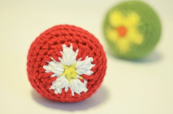 Mini Flower Ball Cat Toy - Learn how to crochet using basic crochet stitches and simple patterns. These beginner crochet patterns are easy and completely free. #FreeCrochetPattern #CrochetPattern #CrochetAddict #BeginnerCrochetPatterns