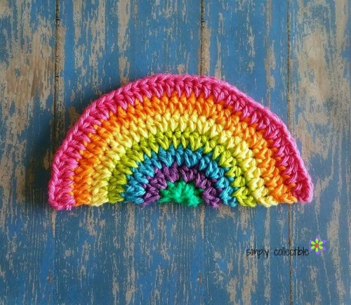 Rainbow Daze Dishcloth - Learn how to crochet using basic crochet stitches and simple patterns. These beginner crochet patterns are easy and completely free. #FreeCrochetPattern #CrochetPattern #CrochetAddict #BeginnerCrochetPatterns