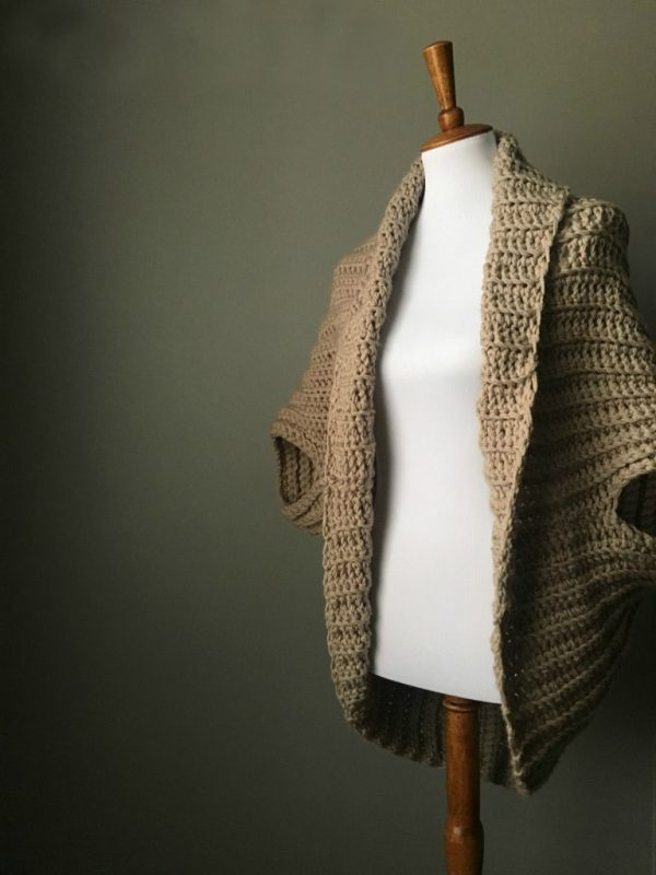 Chunky Crochet Shrug - These crochet shrugs for women are cozy, comfortable and stylish. Everything you need to punp up your Fall/Winter wardrobe. #CrochetShrug #CrochetShrugPatterns #FreeCrochetPatterns