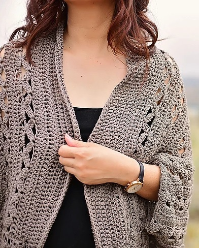 Aurora Shrug - These crochet shrugs for women are cozy, comfortable and stylish. Everything you need to punp up your Fall/Winter wardrobe. #CrochetShrug #CrochetShrugPatterns #FreeCrochetPatterns