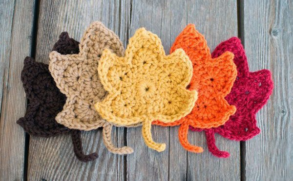 Fall Maple Leaves - We have put together a list of simple crochet patterns that remind us all of fall. #simplecrochetpatterns #fallcrochetpatterns #easycrochetpatterns