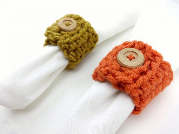 Harvest Button Napkin Ring - We have put together a list of simple crochet patterns that remind us all of fall. #simplecrochetpatterns #fallcrochetpatterns #easycrochetpatterns