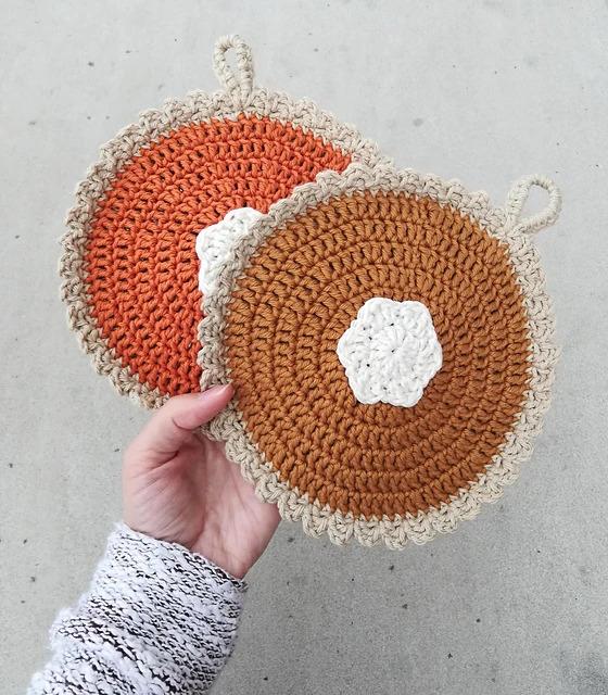 Pumpkin Pie Pot Holder - We have put together a list of simple crochet patterns that remind us all of fall. #simplecrochetpatterns #fallcrochetpatterns #easycrochetpatterns