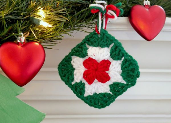 Quick Granny Square Ornament - This holiday season have tons of fun creating these fun and festive granny squares crochet patterns for whatever project you have in mind. #grannysquarepatterns #crochetpatterns #Holidaygrannysquarepatterns