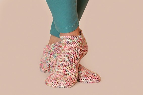 Simplicity Socks - These free crochet sock patterns are the perfect gift to those who always seem to lose a pair or who prefer to keep their toes toasty at all times. #freecrochetsockpatterns #crochetsockpatterns #crochetpatterns